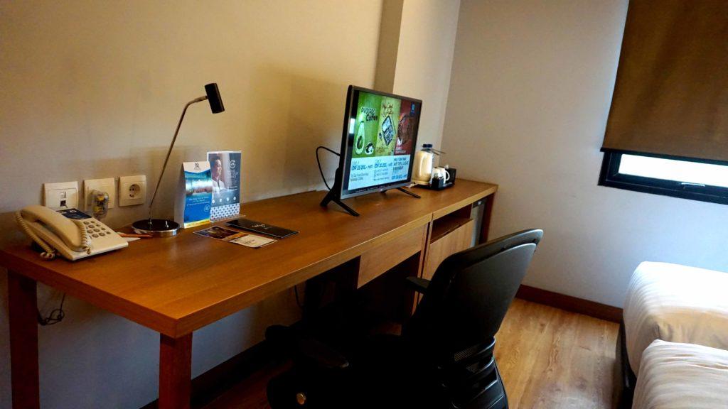 Meja yang ada di Superior Room