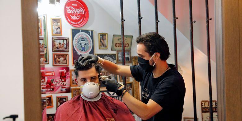 selalu menggunakan masker saat potong rambut